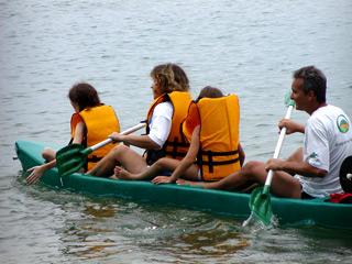 Familia remiendo kayak en la isla grande