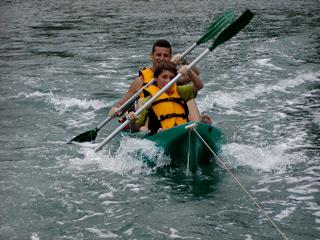 Remada de kayak con barco motorizado